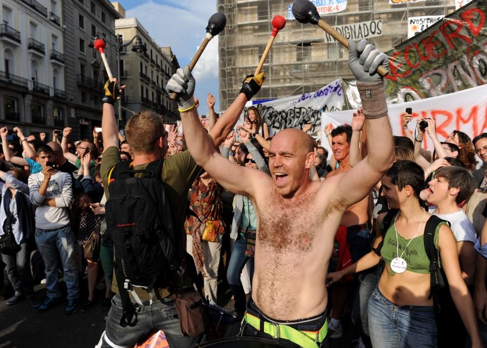 3. HISZPANIA, Madryt, 21 maja 2011: Demonstranci zebrania na placu Puerta del Sol. (Foto: Jasper Juinen/Getty Images)