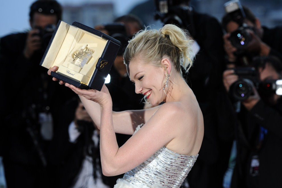 40. FRANCJA, Cannes, 22 maja 2011: Kirsten Dunst pozuje z przyznaną jej nagrodą podczas festiwalu filmowego. AFP PHOTO / ANNE-CHRISTINE POUJOULAT