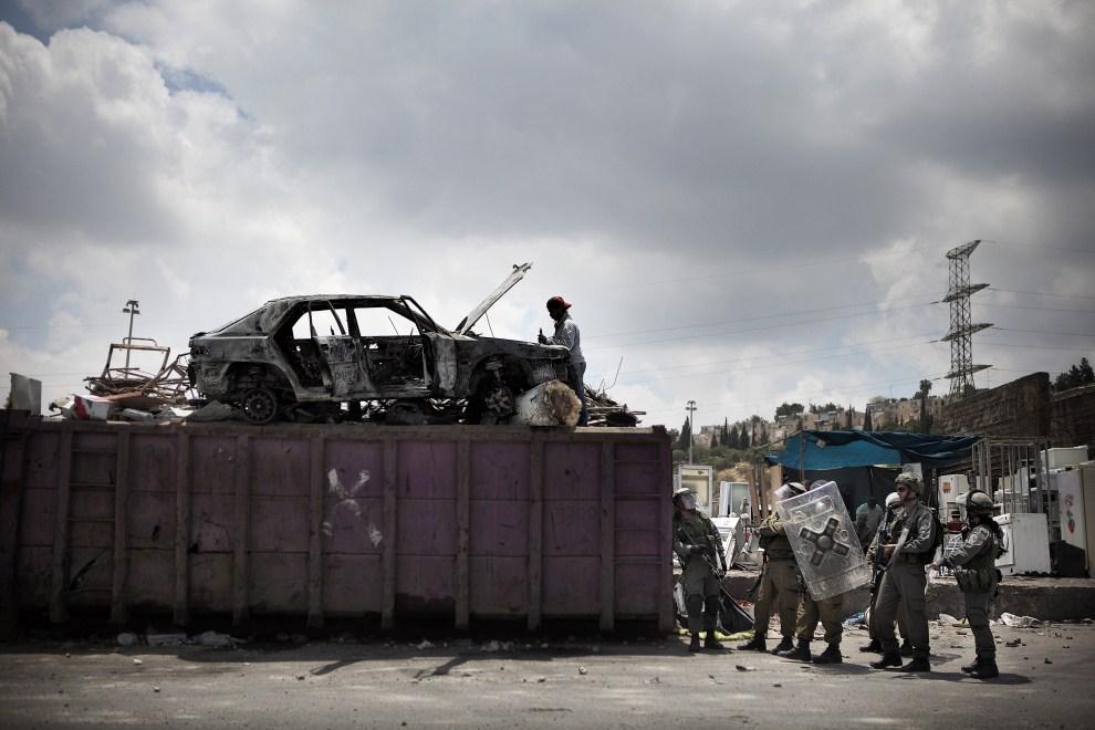 40. IZRAEL, Jerozolima, 15 maja 2011: Izraelscy policjanci na pozycji w pobliży punktu skupu złomu. AFP PHOTO / MARCO LONGARI