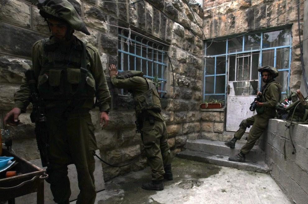 41. IZRAEL, Kalandia, 15 maja 2011: Izraelscy żołnierze łapią oddech po tym, jak zatruli się gazem łzawiącym. EPA/JIM HOLLANDER/PAP/EPA.