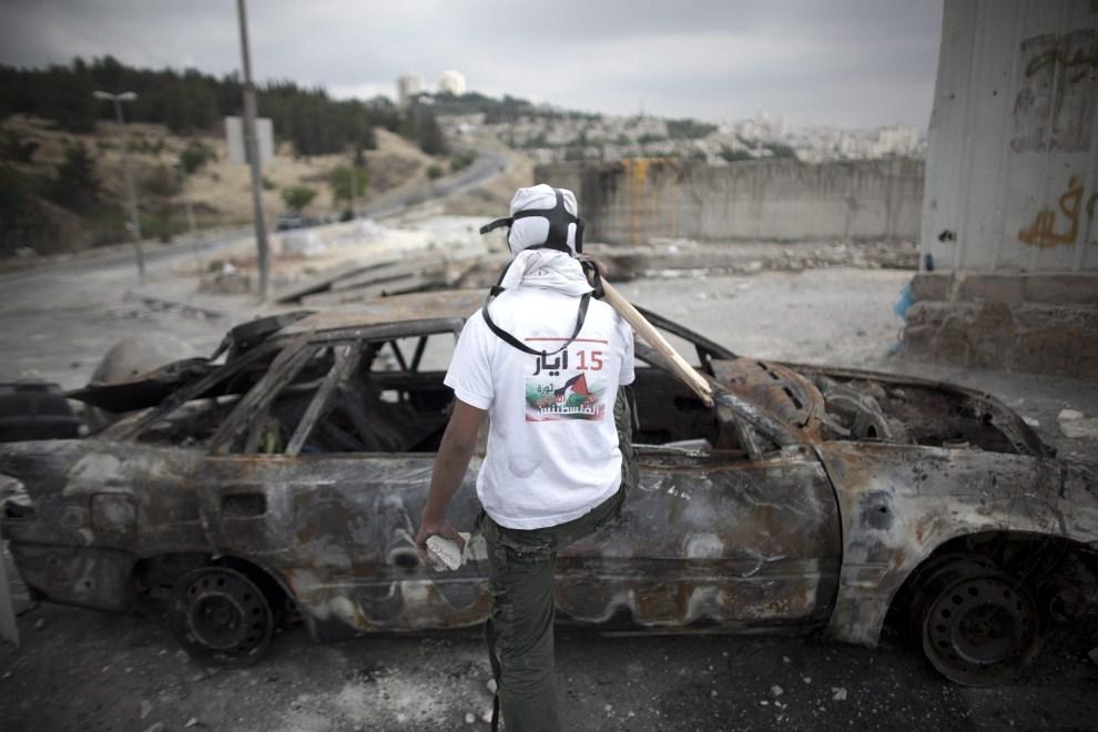 43. STREFA GAZY, 15 maja 2011: Palestyńczyk na barykadzie w Strefie Gazy. EPA/OLIVER WEIKEN/PAP/EPA.