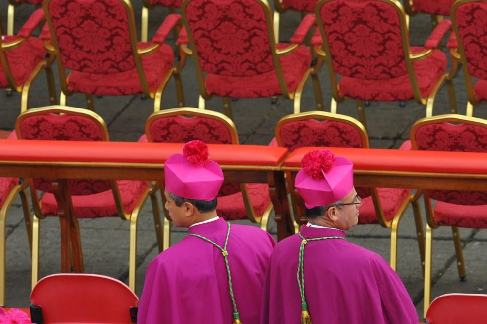 4. WATYKAN, Watykan, 1 maja 2011: Kardynałowie przed rozpoczęciem uroczystości beatyfikacji na Placu Św. Piotra. AFP PHOTO / ANDREAS SOLARO