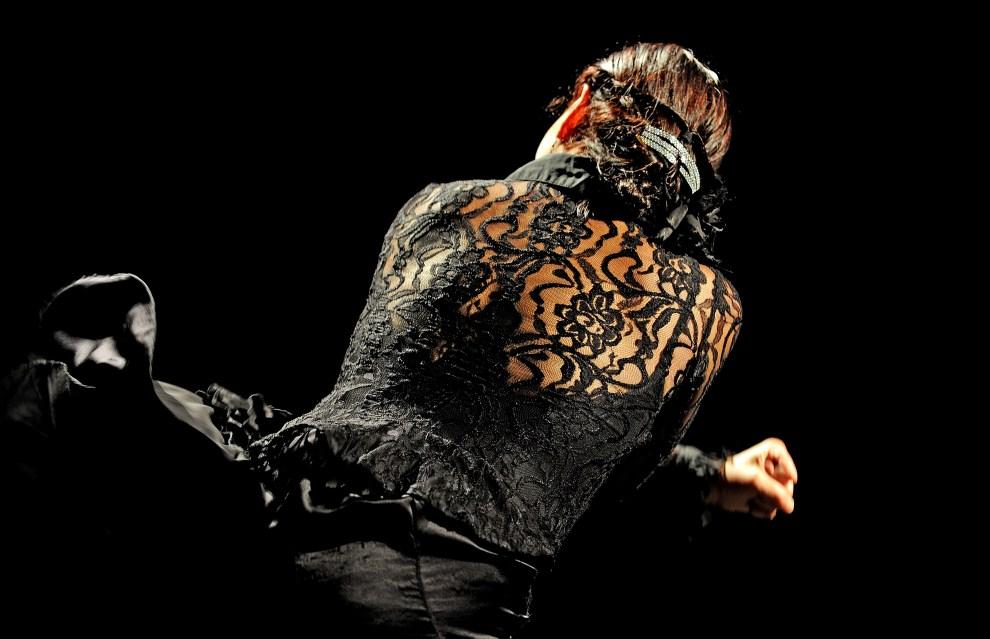"""4. AUSTRALIA, Sydney, 23 czerwca 2009: Soledad Barrio tańcząca w grupie """"Noche Flamenca"""". AFP PHOTO / Greg WOOD"""