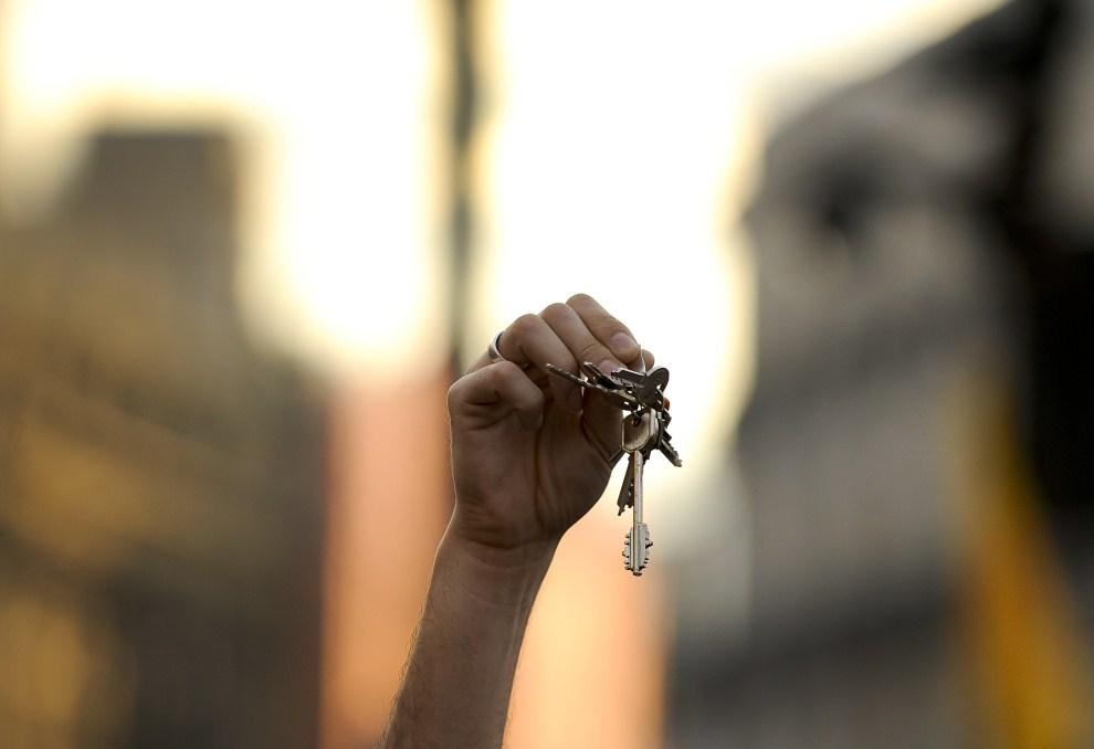 5. HISZPANIA, Madryt, 21 maja 2011: Dłoń uczestnika protestów z kluczami do domu. AFP PHOTO / PEDRO ARMESTRE