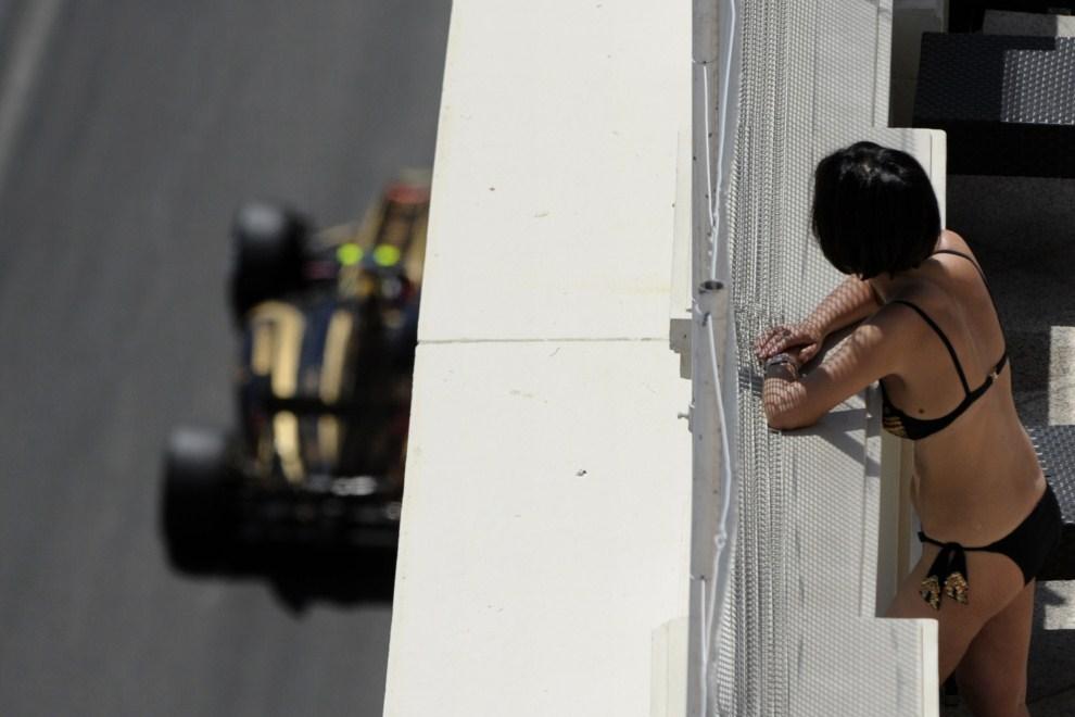 5. MONAKO, 29 maja 2011: Witalij Pietrow (Lotus Renault GP) mija jeden z tarasów znajdujących się wokół toru. AFP PHOTO / BORIS HORVAT