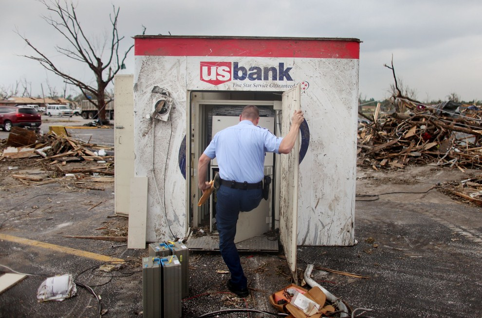 5. USA, Joplin, 24 maja 2011: Pracownik banku wyjmuje pieniądze ze zniszczonego bankomatu. Mario Tama/Getty Images/AFP