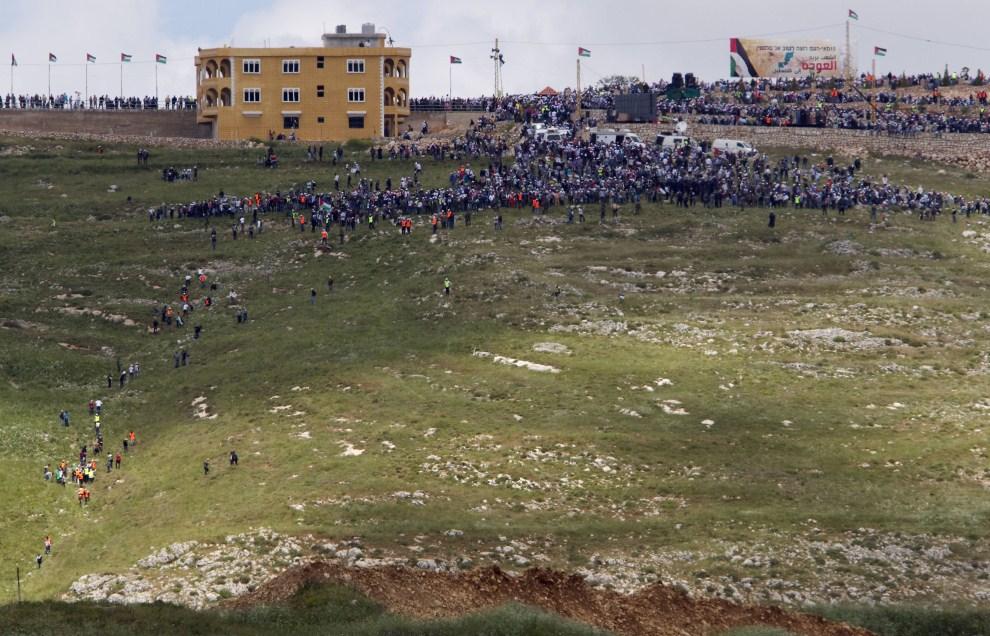 5. IZRAEL, Avivim, 15 maja 2011: Protestujący Palestyńczycy mieszkający w Libanie widziani z terytorium Izraela. AFP PHOTO/JACK GUEZ