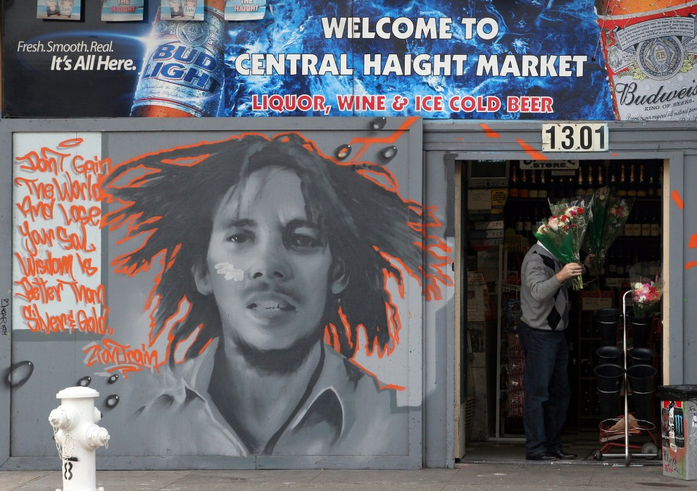 5. USA, San Francisco, 23 grudnia 2006: Mural z podobizną Boba Marleya  w Haight-Ashbury. AFP PHOTO/GABRIEL BOUYS