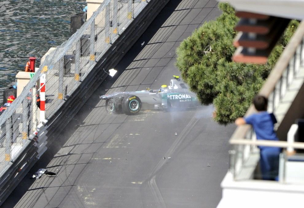 6. MONAKO, 28 maja 2011: Nico Rosberg (Mercedes) rozbija swój bolid na treningu przed GP. AFP PHOTO / BORIS HORVAT