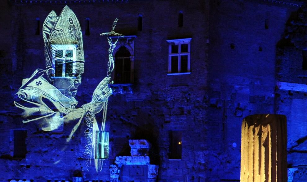 6. WŁOCHY, Rzym, 21 kwietnia 2011: Postać Jana Pawła II wyświetlana na murach Foro di Augusto. AFP PHOTO/ Tiziana Fabi
