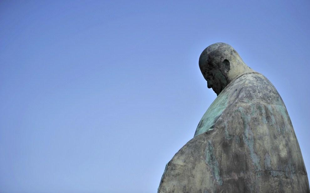 6. WŁOCHY, Rzym, 19 maja 2011: Mierzący 5,5 m posąg Jana Pawła II ustawiony przed dworcem kolejowym w Rzymie. AFP PHOTO / Filippo MONTEFORTE
