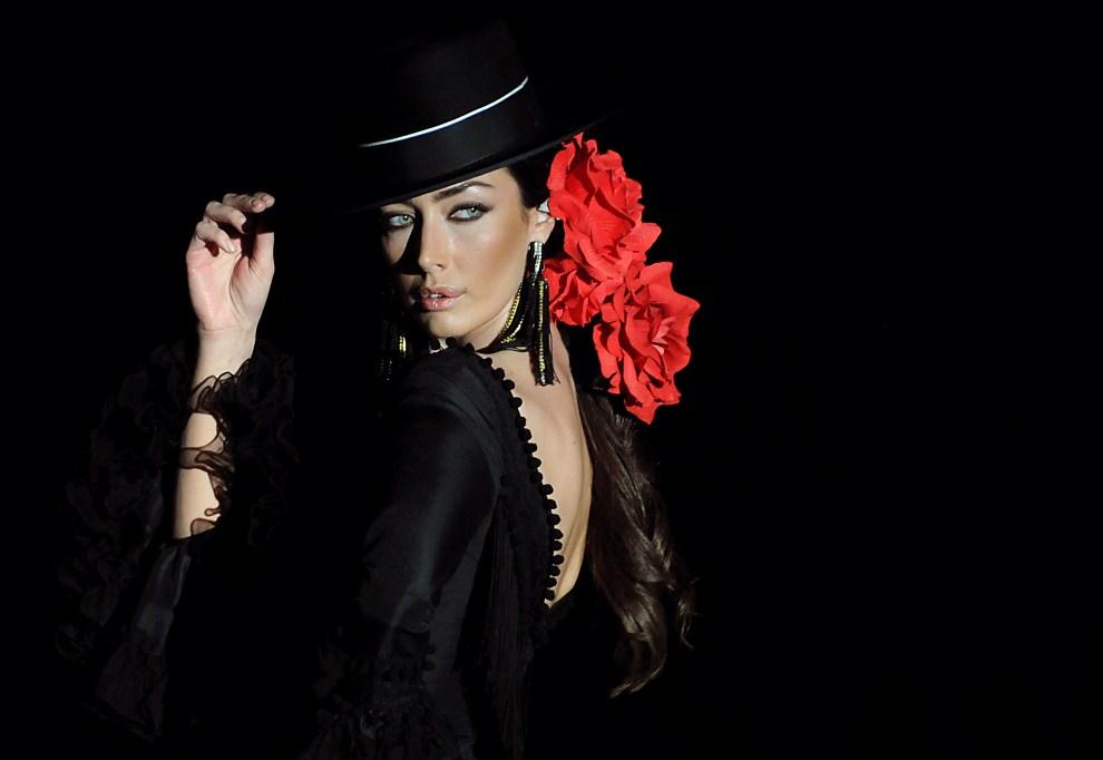 7. HISZPANIA, Sewilla, 3 lutego 2011: Modelka w stroju projektantki Pilar Vera podczas SIMOF 2011. AFP PHOTO/ CRISTINA QUICLER
