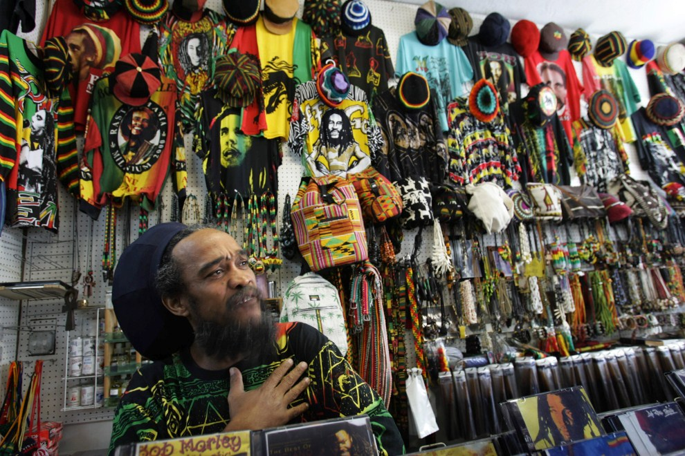 7. USA, Miami, 11 listopada 2005: Ozzie, urodzony na Jamajce, właściciel małego sklepiku w Miami. AFP PHOTO/Roberto SCHMIDT