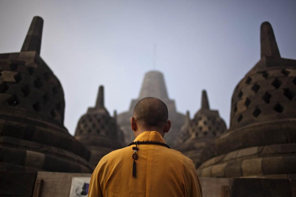 7. INDONEZJA, Magelang, 17 maja 2011: Buddyjski mnich podczas modlitwy w dniu urodzin Buddy – Vesak. (Foto: Ulet Ifansasti/Getty Images)