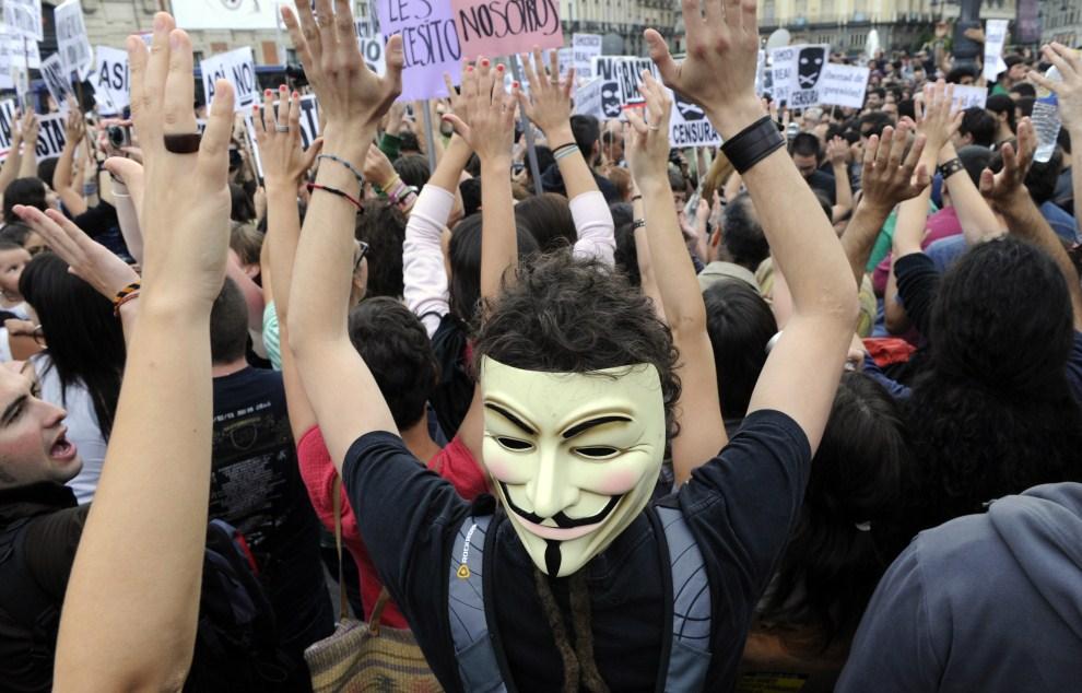 """8. HISZPANIA, Madryt, 17 maja 2011: Ludzie demonstrujący pod hasłami grupy """"Real Democracy Now"""". AFP PHOTO / DOMINIQUE FAGET"""