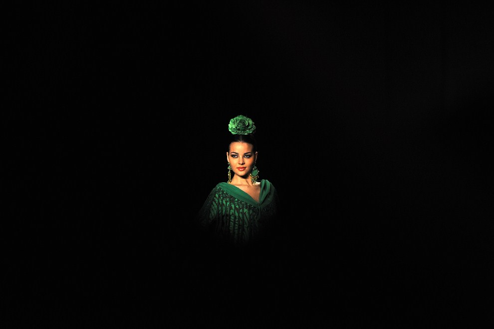 8. HISZPANIA, Sewilla, 31 stycznia 2009: Modelka w kreacji Pilar Vera podczas SIMOF 2009. AFP PHOTO / CRISTINA QUICLER