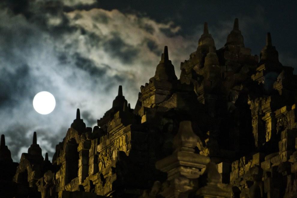 8. INDONEZJA, Magelang, 17 maja 2011: Księżyc w pełni nad świątynią Borobudur. (Foto: Ulet Ifansasti/Getty Images)