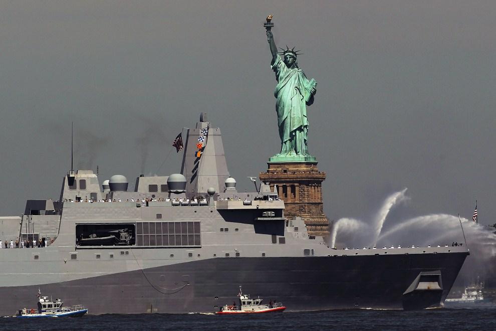 8. USA, Nowy Jork, 25 maja 2011: USS New York mija Statuę Wolności. (Foto: Spencer Platt/Getty Images)