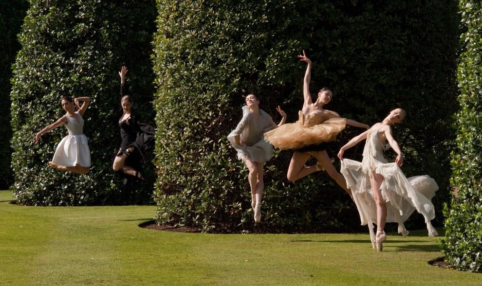 9. WIELKA BRYTANIA, Londyn, 19 maja 2011: Tancerki English National Ballet podczas sesji fotograficznej. AFP PHOTO / LEON NEAL