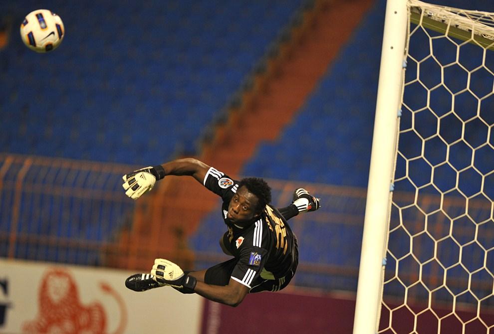 9. ARABIA SAUDYJSKA, Rijad, 3 maja 2011: Omar Pari stara się obronić strzał w meczu z zespołem  Al-Shabab Dubaj. AFP PHOTO/FAYEZ NURELDINE