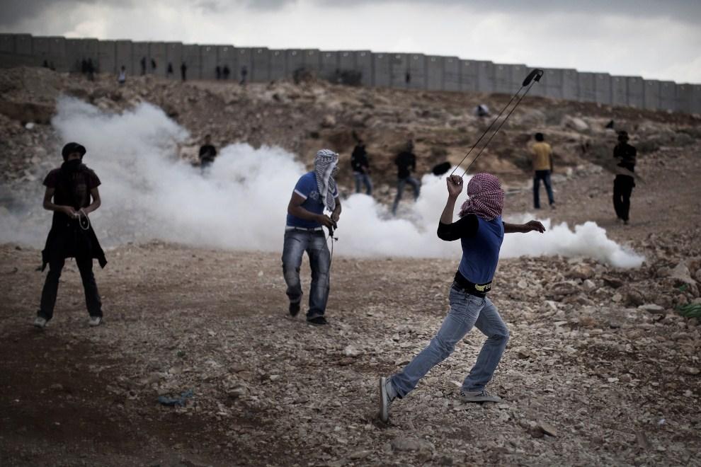9. ZACHDONI BRZEG, Anata, 15 maja 2011: Palestyńczycy atakują kamieniami Izraelskich żołnierzy. AFP PHOTO / MARCO LONGARI
