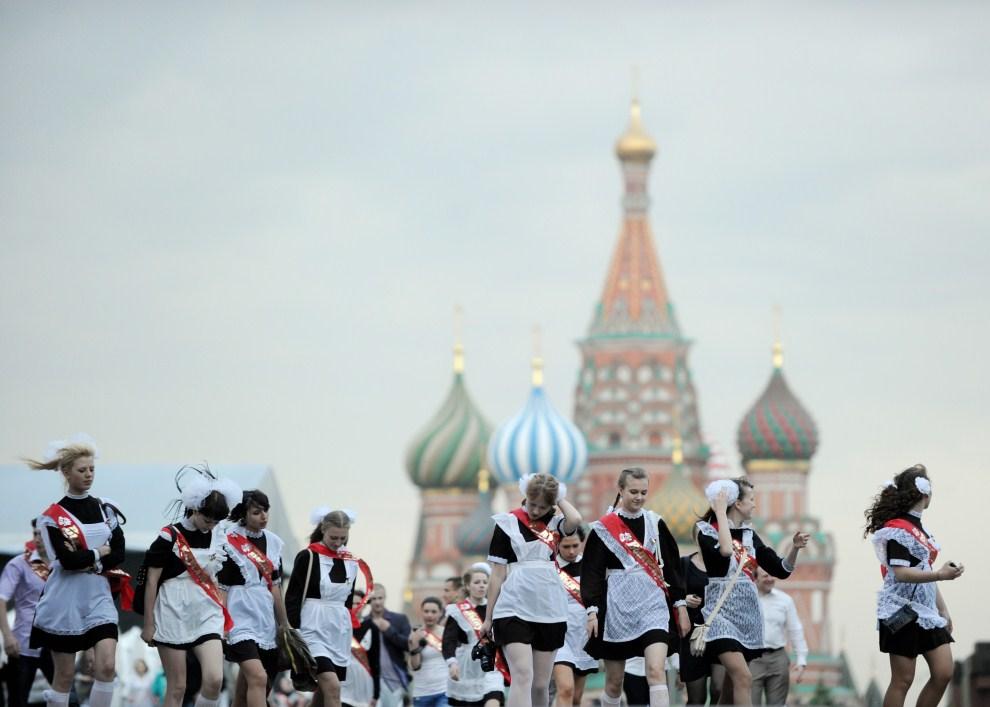 9. ROSJA, Moskwa, 25 maja 2011: Uczennice świętują ostatni dzień szkoły na Placu Czerwonym. AFP PHOTO / NATALIA KOLESNIKOVA