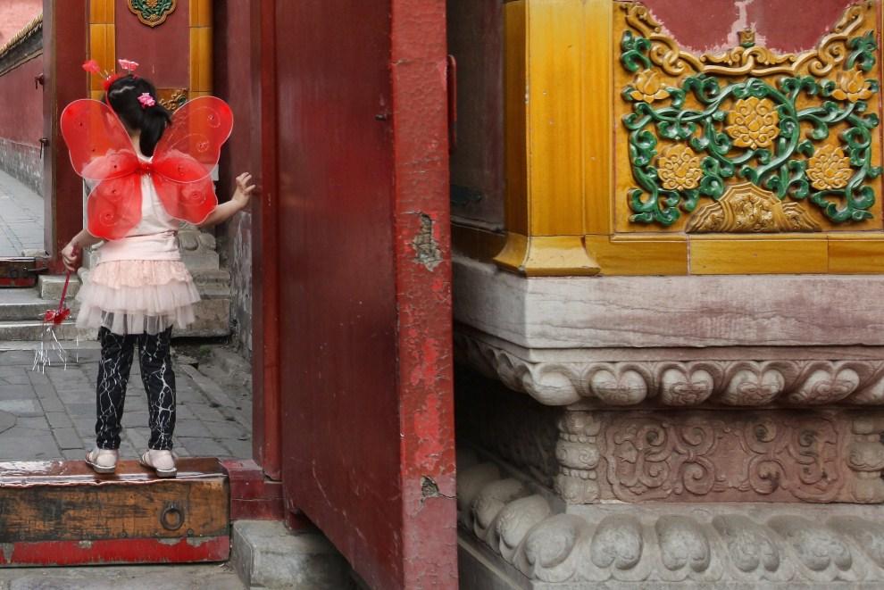 10. CHINY, Pekin, 19 maja 2011: Dziewczynka u wejścia do pałacu Chang Chun. (Foto: Feng Li/Getty Images)