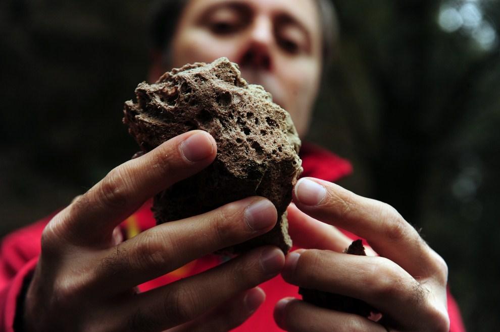 10. CHILE, Puyehue, 6 czerwca 2011: Zbliżenie kamienia wulkanicznego wyrzuconego z  krateru Puyehue. AFP PHOTO/CLAUDIO SANTANA