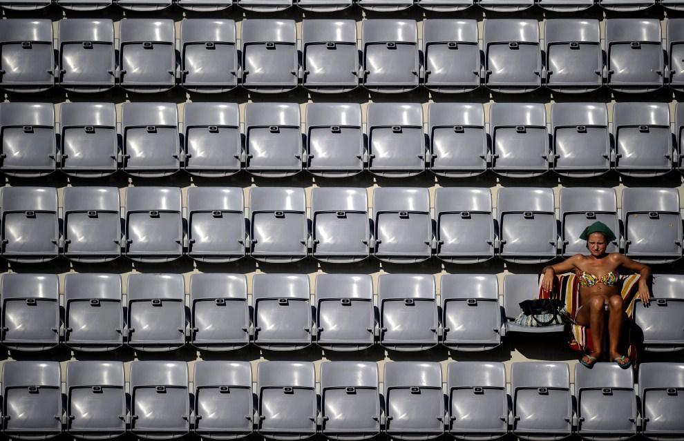 11. WLOCHY, Rzym, 16 czerwca 2011: Dziewczyna obserwuje mecz siatkówki plażowej rozgrywany podczas mistrzostw świata. AFP PHOTO / Filippo MONTEFORTE