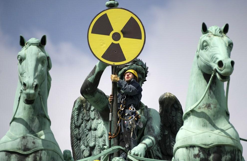 12. NIEMCY, Berlin, 29 maja 2011: Aktywista z Greenpeace na Bramie Brandenburskiej protestuje przeciw wykorzystywaniu energii atomowej. AFP PHOTO / ODD ANDERSEN
