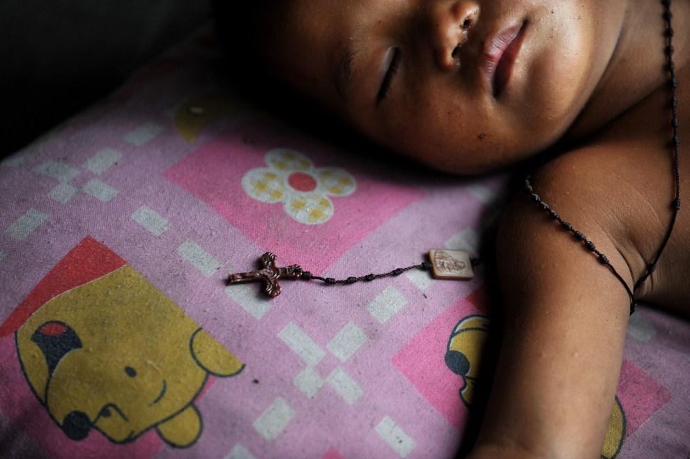 12. FILIPINY, Manila, 27 września 2010: Dziecko śpiące na ulicy w Manili. AFP PHOTO / NOEL CELIS