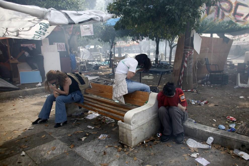 12. GRECJA, Ateny, 15 czerwca 2011: Protestujący cierpiący z powodu rozpylonego gazu łzawiącego. AFP PHOTO / Angelos Tzortzinis