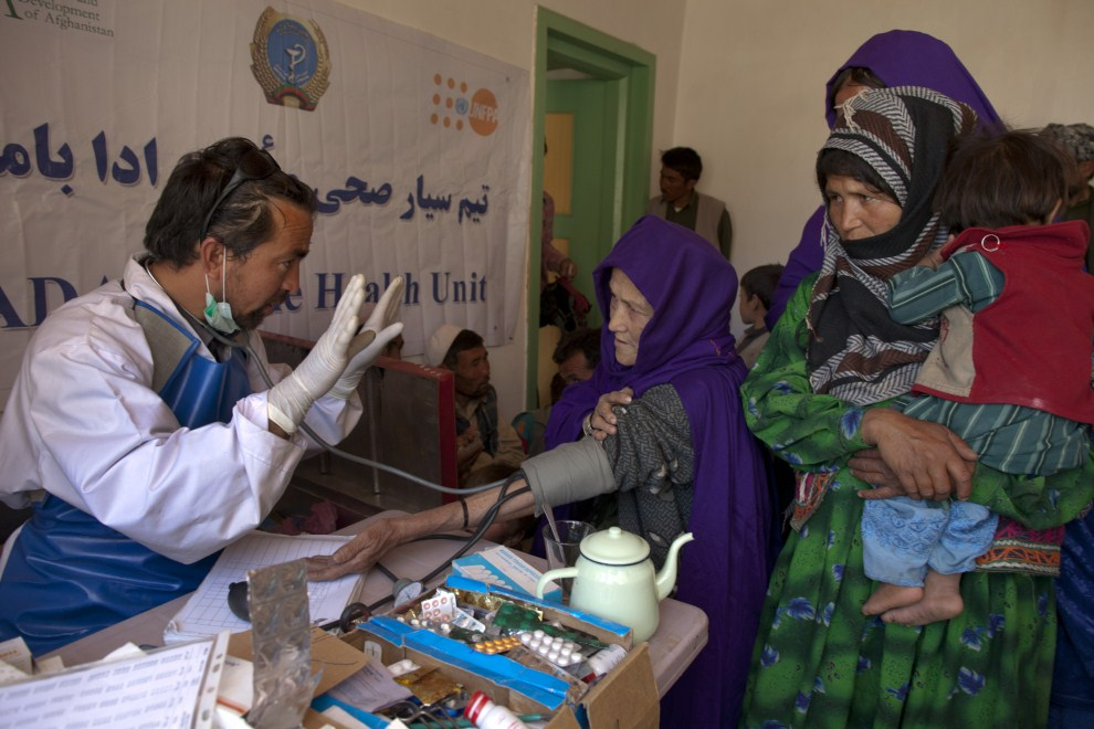 12. AFGANISTAN, Raquol, 9 czerwca 2011: Lekarz rozmawia z pacjentką w trakcie badania. (Foto: Paula Bronstein/Getty Images)