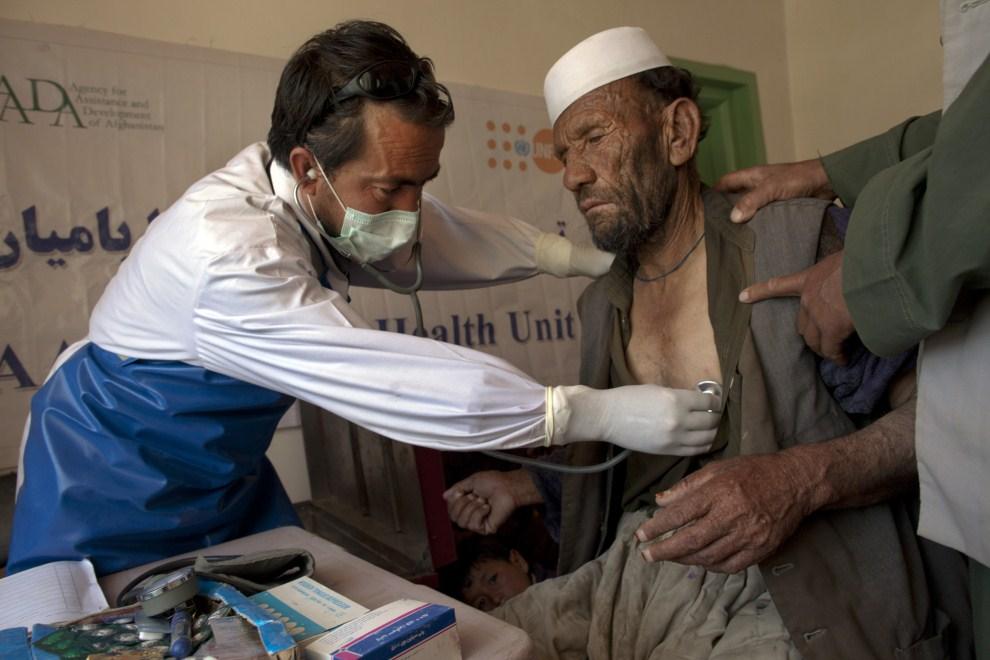 13. AFGANISTAN, Raquol, 9 czerwca 2011: Doktor Basir Ahmad Jaghori bada mężczyznę z nadciśnieniem tętniczym. (Foto: Paula Bronstein/Getty Images)