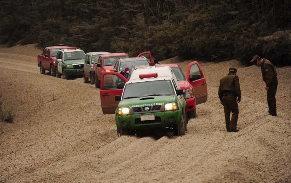 13. CHILE, Puyehue, 6 czerwca 2011: Patrol policji na drodze zasypanej przez pył i kamienie. AFP PHOTO/CLAUDIO SANTANA