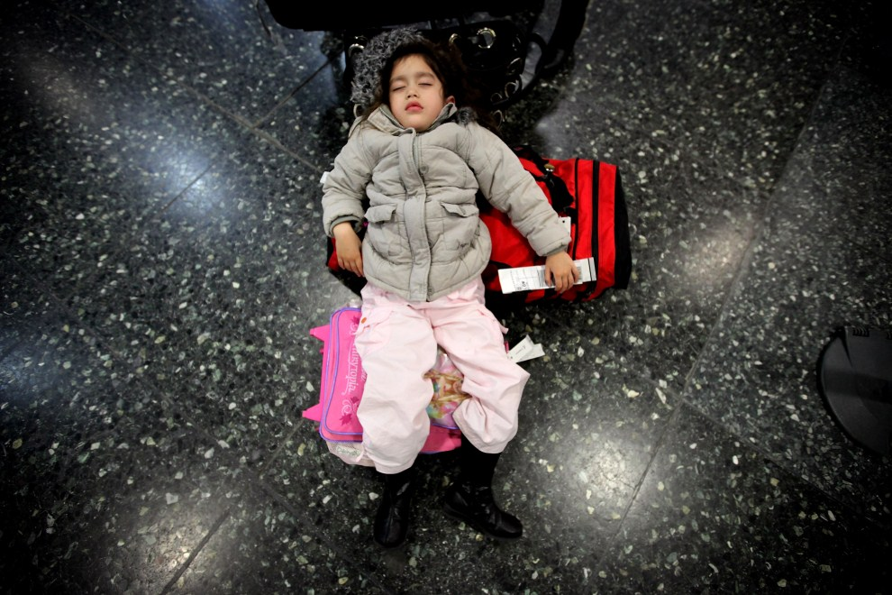 13. WIELKA BRYTANIA, Londyn, 15 kwietnia 2010: Dziewczynka śpi na lotnisku sparaliżowanym przez pył wyrzucany z  wulkanu na Islandii. (Foto: Dan Kitwood/Getty Images)