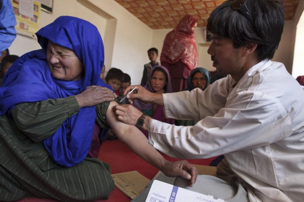 15. AFGANISTAN, Raquol, 9 czerwca 2011: Kobieta przyjmuje szczepionkę przeciw tężcowi. (Foto: Paula Bronstein/Getty Images)