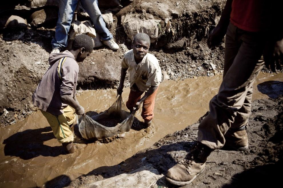 16. REPUBLIKA KONGA, Kamatanda, 9 lipca 2010: Dzieci pracujące w kopalni miedzi. AFP PHOTO / GWENN DUBOURTHOUMIEU