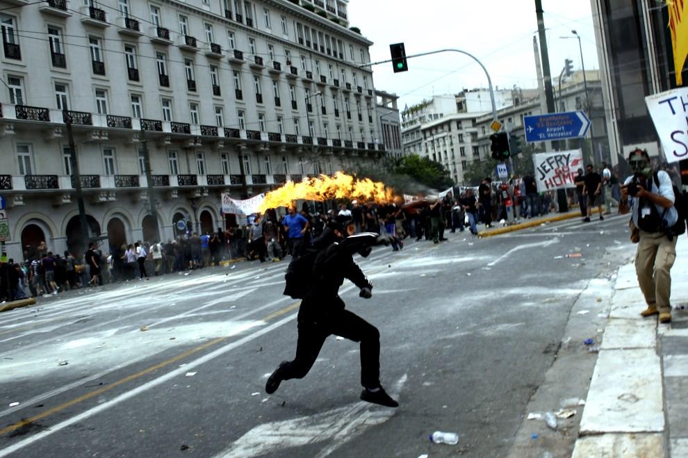 16. GRECJA, Ateny, 15 czerwca 2011: Protestujący rzuca butelkę z koktajlem Mołotowa.  AFP PHOTO / Angelos Tzortzinis