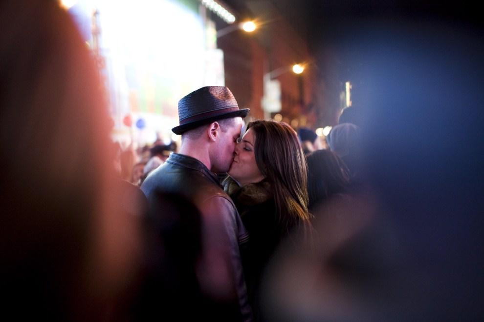 16. USA, Nowy Jork, 31 grudnia 2010: Para całująca się na  Times Square. (Foto: Brian Harkin/Getty Images)