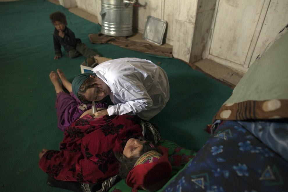 16. AFGANISTAN, Gharmboloq, 12 czerwca 2011: Badanie  ciężarnej kobiety w mobilnej przychodni. (Foto: Paula Bronstein/Getty Images)