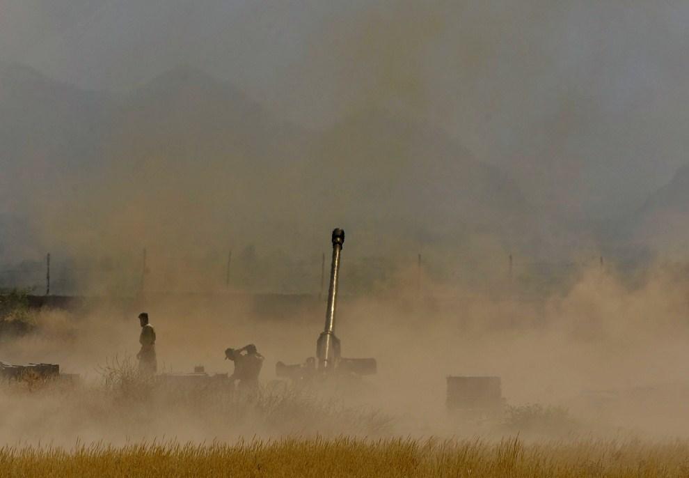 17. PAKISTAN, Mohmand, 1 czerwca 2011: Pakistańscy żołnierze ostrzeliwują pozycję talibów. AFP PHOTO/AAMIR QURESHI