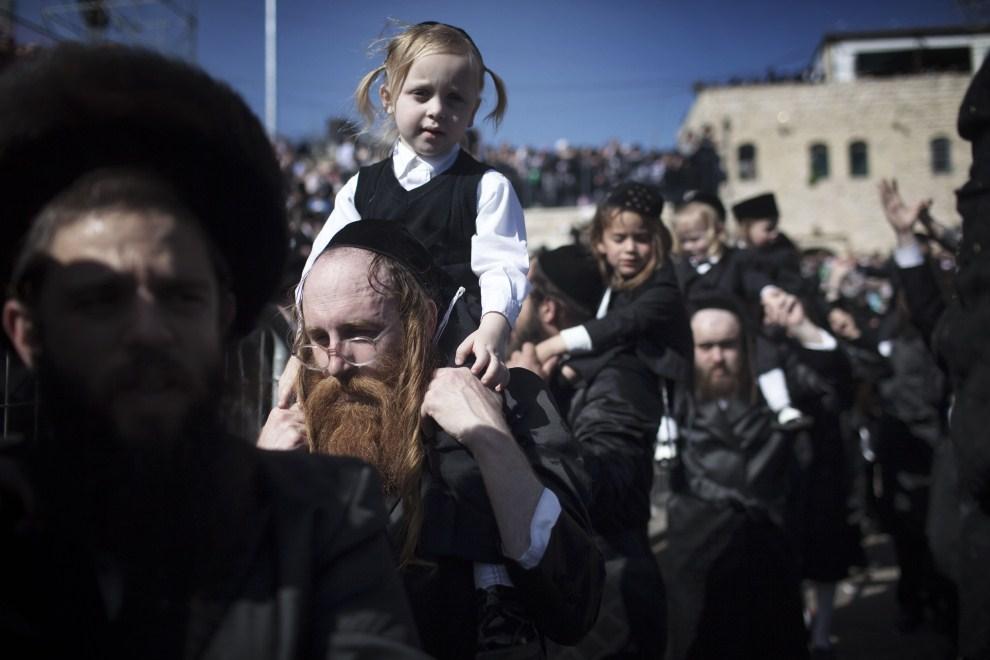 17. IZRAEL, Meron, 22 maja 2011: Trzyletnie dzieci podczas uroczystości postrzyżyn. AFP PHOTO/MENAHEM KAHANA