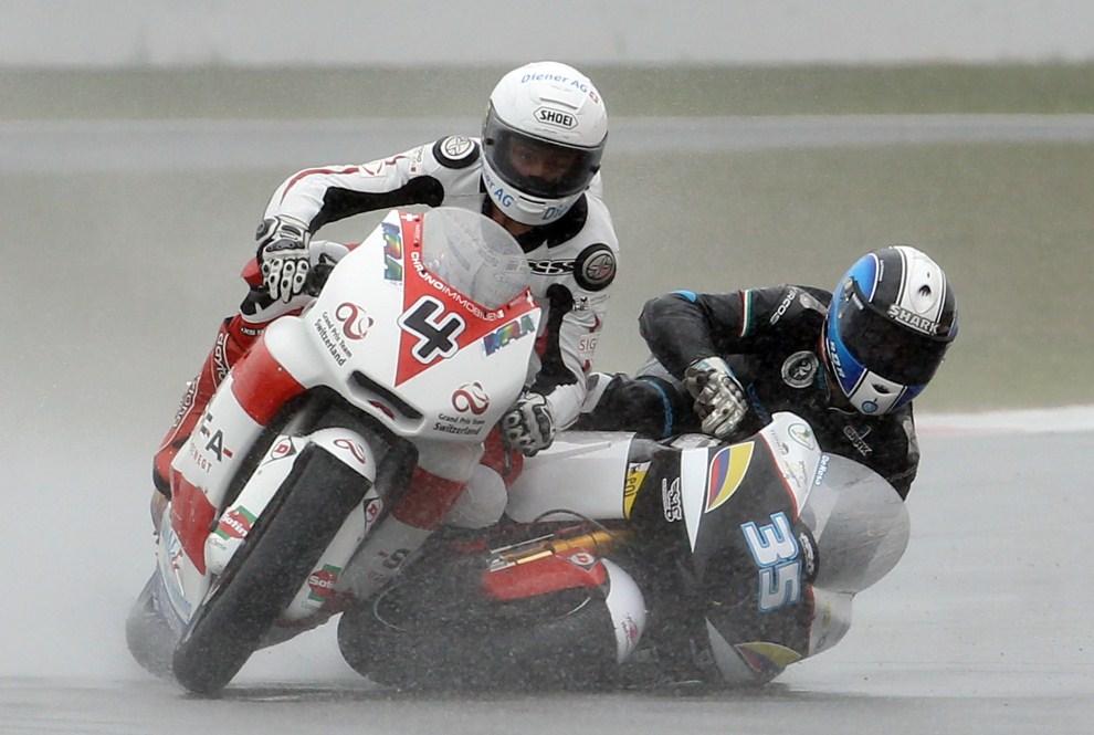 17. WIELKA BRYTANIA, Silverstone, 12 czerwca 2011: Wypadek z udziałem Raffaele'a De Rosa (po prawej) i Randy'ego Krummena (po lewej) podczas Moto GP. AFP PHOTO / ADRIAN   DENNIS
