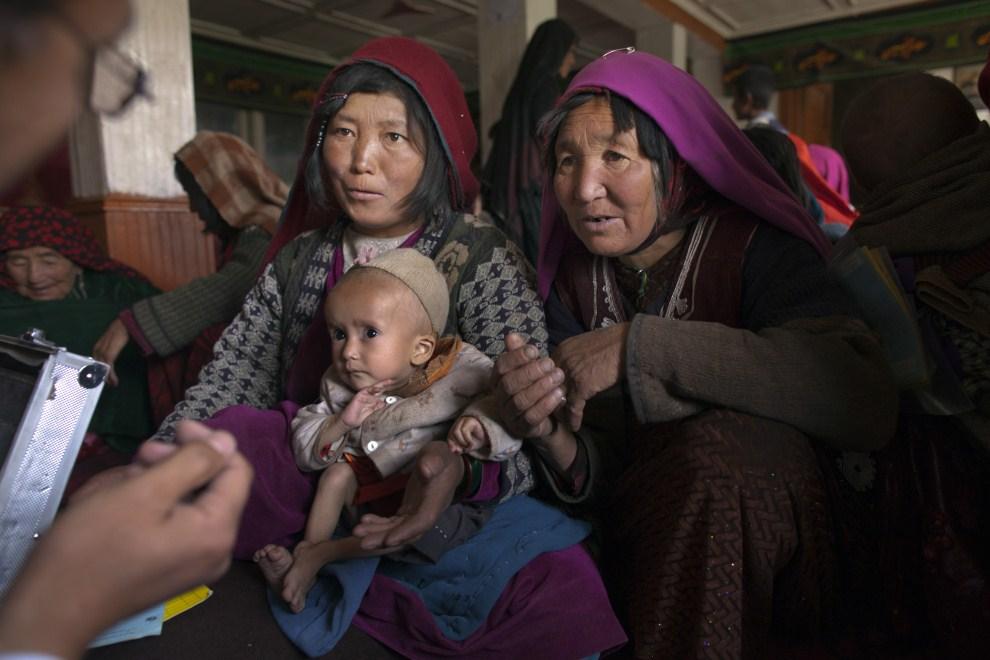 17. AFGANISTAN, Gharmboloq, 12 czerwca 2011: Lekarz rozmawia z matką chorego dziecka. (Foto: Paula Bronstein/Getty Images)