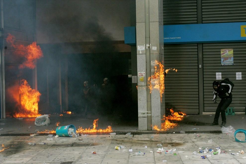 17. GRECJA, Ateny, 15 czerwca 2011: Budynek podpalony przez protestujących. (Foto: Milos Bicanski/Getty Images)