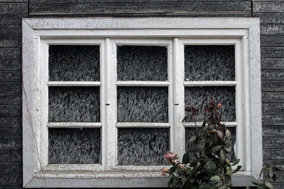 17. ARGENTYNA, Bariloche, 7 czerwca 2011: Okno budynku pokrytego przez pył wulkaniczny. AFP PHOTO/FRANCISCO RAMOS MEJIA