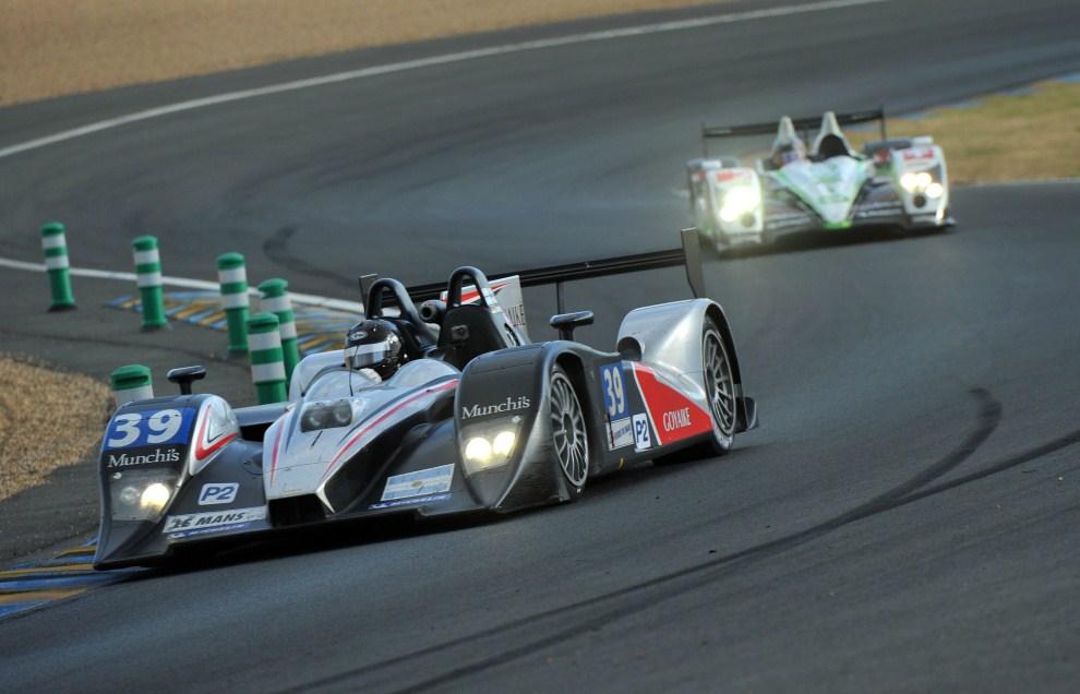 17. FRANCJA, Le Mans, 12 czerwca 2011: Samochód  Pecom Racing (#39) ścigany przez pojazd zespołu Oreca Matmut. EPA/DANIEL DEME