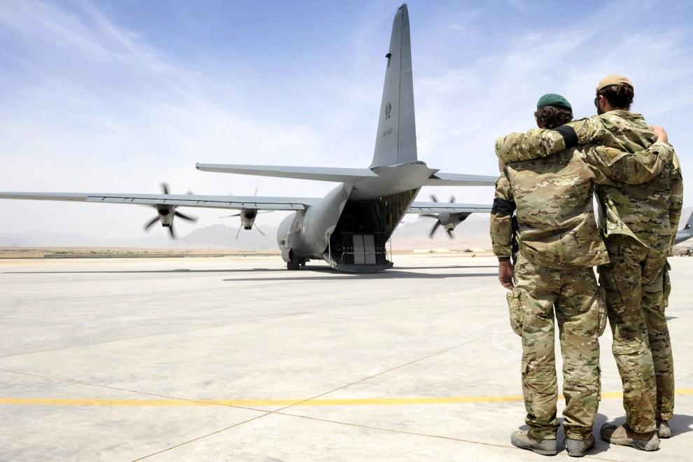 18. AFGANISTAN, Uruzgan, 28 maja 2011: Żołnierze z oddziału specjalnego odprowadzają ciało zabitego towarzysza. AFP PHOTO/HO/ISAF/Australian Navy/Able Seaman Jo Dilorenzo