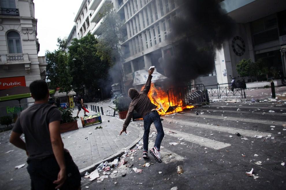 18. GRECJA, Ateny, 15 czerwca 2011: Płonąca barykada w centrum Aten. AFP PHOTO / ANGELOS TZORTZINIS